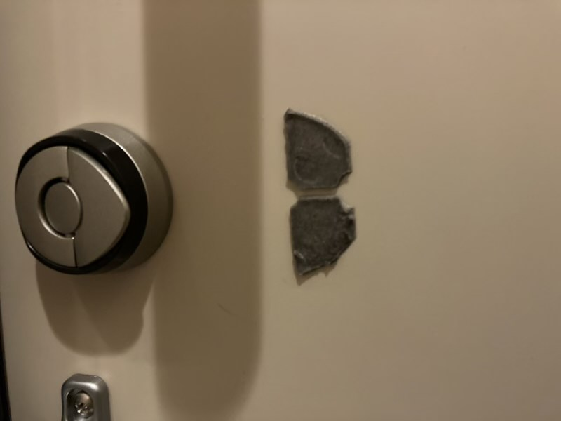 ドアにもQrio Lockの粘着テープが残っています