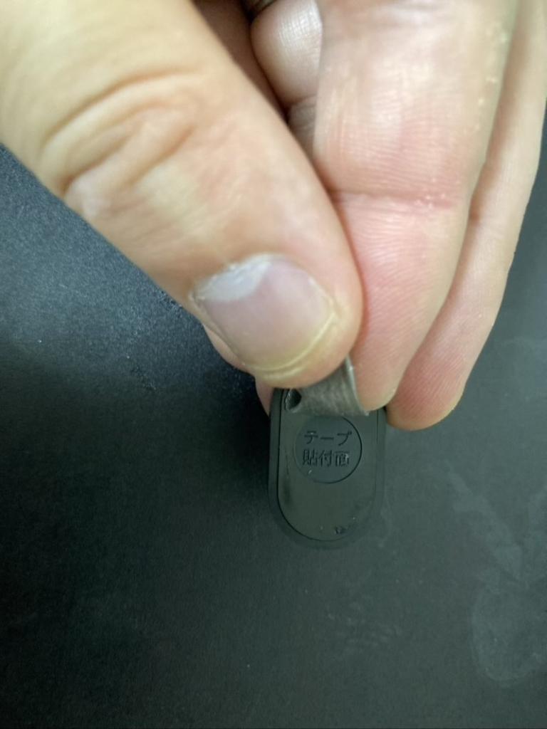 指でQrio Lockの開閉センサーに付着したシールを剥がしていきます